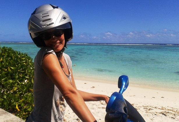 Motorroller girl Strand (c) Anja Knorr